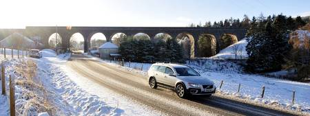 _ASN6762 Volvo drives away from Tomatin Bridge, Hi