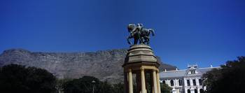 War memorial with Table Mountain in the backgroun