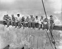 NEW YORK CONSTRUCTION WORKERS LUNCHING ON A CROSSB