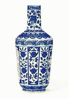 A BLUE AND WHITE BOTTLE VASE CHINESE CHINOISERIE