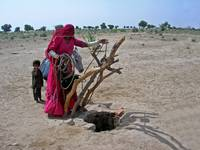 thar woman at well2