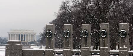 world war II memorial and lincoln memorial winter