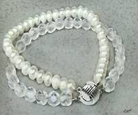 Bracelet with white pearls and glass beads
