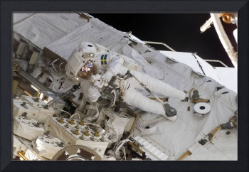 Astronaut uses a digital still camera during extra