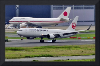 JAL B763 JA620J Landing in Front of Japan Prime Mi
