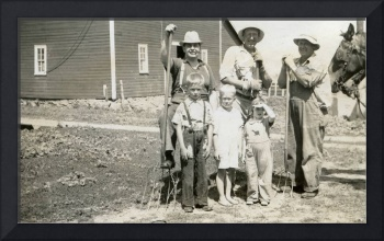 Vintage Photo  1920s - 1940s Farmer family - 1939