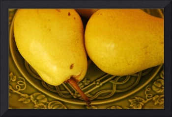 Two Ripe Pears on a Green Plate_4783