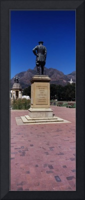 War memorial with Table Mountain in the background